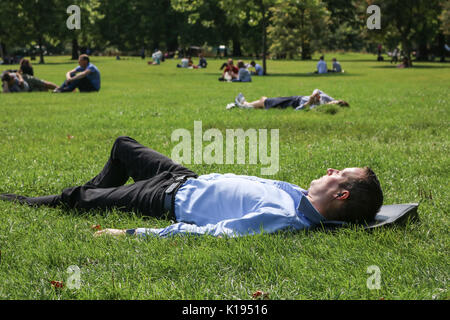 London, UK. 25th Aug, 2017. Tourists and Londoners enjoy the warm weather in Green Park as the sunshine returns - Stock Photo