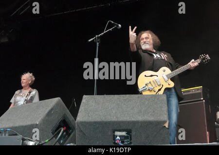 Belfast, Northern Ireland. 27/08/2017 - Petesy Burns from Belfast punk rock band 'The Outcasts' gives the fingers - Stock Photo