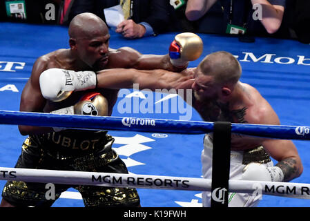 Las Vegas, Nevada, USA. 26th August, 2017. Las Vegas NV, USA. 26th Aug, 2017. ( IN blk-gld trunks) Floyd Mayweather - Stock Photo