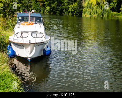 Boat on River Thames, Pangbourne River Meadow, Pangbourne-on-Thames, Berkshire, England - Stock Photo