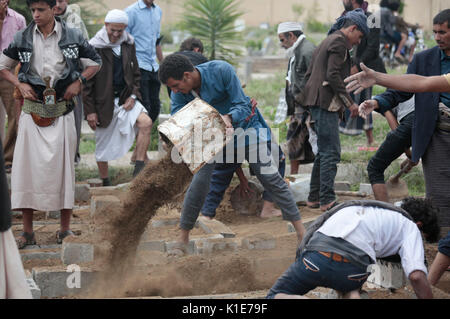 Sanaa, Yemen. 26th Aug, 2017. Yemenis bury the bodies of victims of an airstrike allegedly carried out by the Saudi - Stock Photo