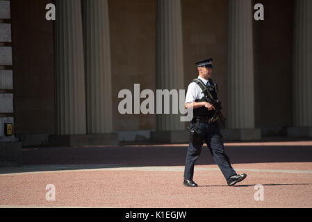 London, UK. 27th Aug, 2017. Heightened Security at Buckingham Palace on Saturday and Sunday following the attempted - Stock Photo