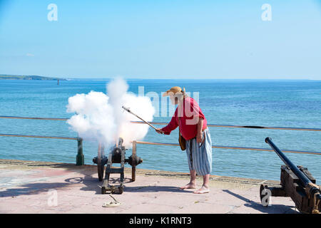 Penzance, Cornwall, UK. 27th August 2017. Pirates gather on the seafront at Penzance in an attempt to break the - Stock Photo