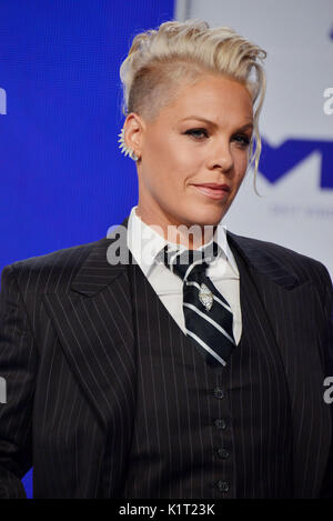 Los Angeles, USA. 27th Aug, 2017. Pink 033 arriving at the MTV VMA 2017 ( Music Awards ) at the Great Western Forum - Stock Photo