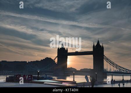 Tower Bridge, London, UK. 28th Aug, 2017. UK Weather: Warm Bank holiday sunrise at Tower bridge. Early morning scenes - Stock Photo