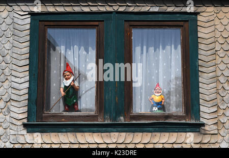 Graefenroda, Germany. 25th Aug, 2017. Garden gnomes stand in a window at the garden gnome manufactory in Graefenroda, - Stock Photo