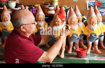 Graefenroda, Germany. 25th Aug, 2017. CEO Reinhard Griebel paints gnomes at the garden gnome manufactory in Graefenroda, - Stock Photo