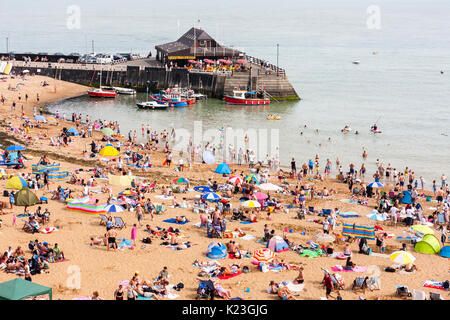 England, Viking Bay, Broadstairs. Beach crowded with sun-seekers during period of hot weather. Beach, harbour and - Stock Photo
