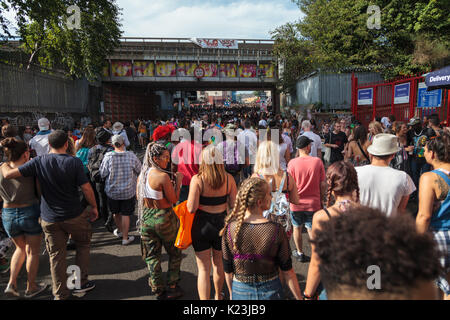 Notting Hill, London, UK, 28th August 2017. Participants and revellers enjoy the Notting Hill Carnival on a beautifully - Stock Photo