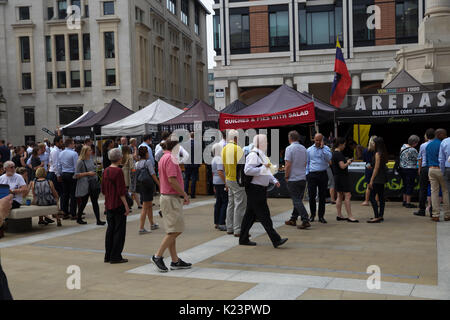 London, UK. 29th Aug, 2017. People dine Al Fresco in Paternoster Square London making the most of the last day of - Stock Photo