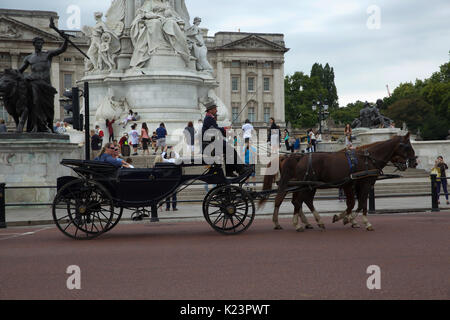 London, UK. 29th Aug, 2017. A horse and carriage stops outside Buckingham Palace Credit: Keith Larby/Alamy Live - Stock Photo