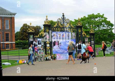London, UK. 29th Aug, 2017. Tributes prior to 20th anniversary of Princess Diana's death at Kensington Palace 29 - Stock Photo