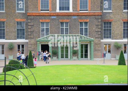 London, UK. 29th Aug, 2017. Tributes prior to 20th anniversary of Princess Diana's death at Kensington Palace 29 - Stock Photo