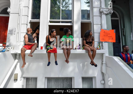 London, UK. 28th Aug, 2017. People watch The Grand Finale parade at the Notting Hill Carnival. Over one million - Stock Photo