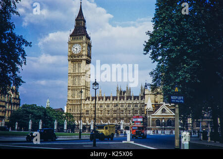 Early 1950s Houses of Parliament, St Stephens Tower/Big Ben and old vehicles, Westminster, London. - Stock Photo