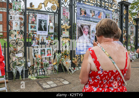 London, UK. 29th Aug, 2017. Members of the public and tourists pay their respect with floral tributes outside Kensington - Stock Photo