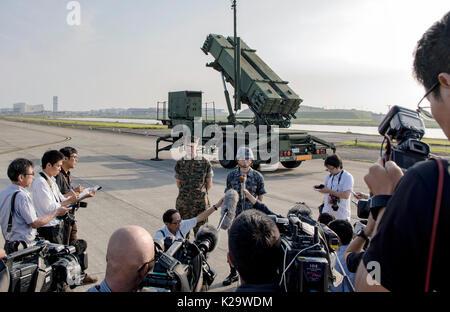 Iwakuni, Japan. 29th Aug, 2017. U.S. Marine Corps Lt. Col. Robert Vuolo, left, and Japanese Air Self-Defense Force - Stock Photo