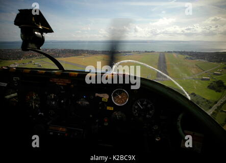 AJAXNETPHOTO. LEE-ON-THE-SOLENT, ENGLAND. - FINAL APPROACH - LIGHT AIRCRAFT MAKES FINAL APPROACH BEFORE LANDING - Stock Photo