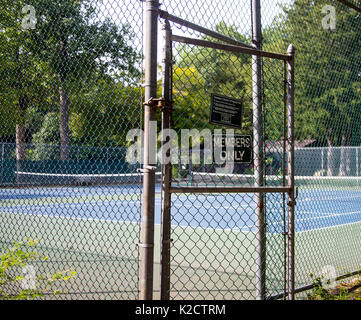Members Only sign at the entrance to tennis courts in Upper Saddle River, New Jersey - Stock Photo