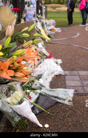 London, England, UK. 30th August, 2017. Floral tributes and messages are laid by well-wishers at the gates of Kensington Palace, on the eve of the 20th anniversary of the death of Diana, Princess of Wales in a tragic car accident in Paris, France, on 31st August, 1997. Earlier on in the day, Prince Harry, and the Duke and Duchess of Cambridge, visited The White Garden together, which has been planted with flowers and foliage inspired by memories of Diana's life, image and style. Iain McGuinness / Alamy Live News