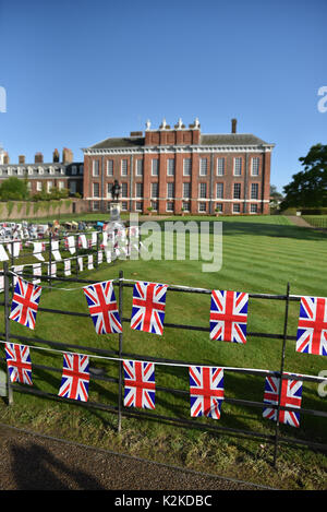 Kensington Palace, London, UK. 31st Aug, 2017. Tributes cards flowers  are laid outside Kensington Palace for the - Stock Photo
