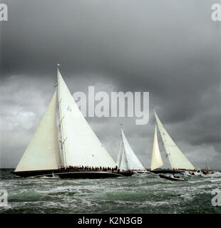 AJAXNETPHOTO. 19 AUGUST, 2001. SOLENT, ENGLAND. - AMERICA'S CUP JUBILEE - BOILING CAULDRON - A SIGHT NOT SEEN IN - Stock Photo