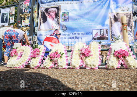 London, UK. 31st Aug, 2017. A large crowd of Diana wellwishers and media gather outside Kensington Palace gates - Stock Photo