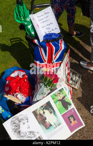 London, UK. 31st Aug, 2017. Diana, 20th Anniversary: Kensington Palace, London, UK. 31st Aug, 2017. Hundreds of - Stock Photo