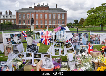 London, UK.  31 August 2017.  Wellwishers and Royal fans gather outside the gates to Kensington Palace to leave - Stock Photo