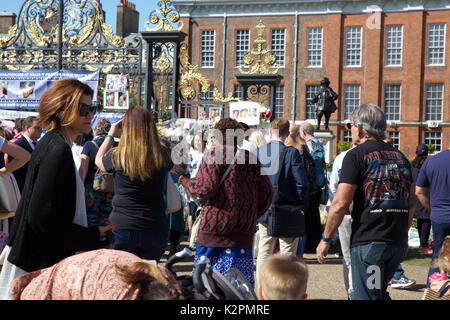 Kensington, UK. 31st Aug, 2017. Thousands of Floral Tributes have been laid at Kensington Palace by members of the - Stock Photo