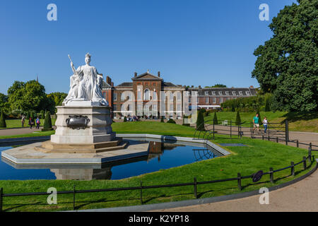 Queen Victoria statue stands in front of Kensington Palace, Kensington Gardens, London, England. - Stock Photo