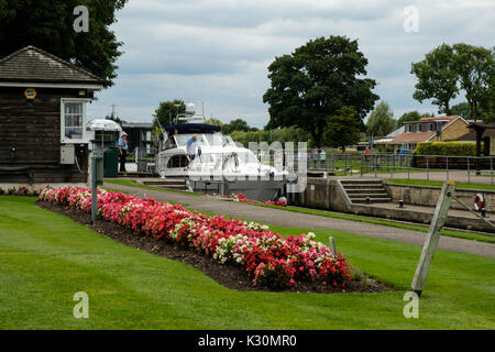 Boat entering Shepperton Lock on the River Thames - Stock Photo