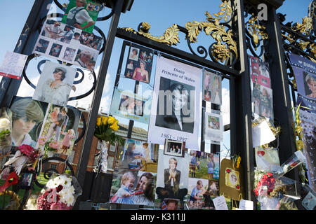 London, UK. 31 August 2017.  Tributes to Diana Princess of Wales, outside the gates of Kensington Palace, on the - Stock Photo