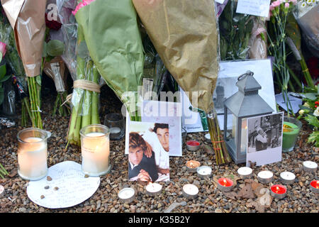 Photo Must Be Credited ©Alpha Press 066465 27/12/2016 Fans and mourners lay tributes as a memorial outside George - Stock Photo