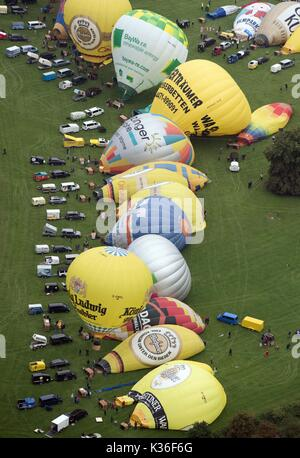 Warstein, Germany. 01st Sep, 2017. Hot air balloons and their crews prepare to start at the opening of the 27th Warsteiner International Montgolfiade above Warstein, Germany, 01 September 2017. Up to 200 000 visitors are expected to attend until the 09 September 2017. Photo: Bernd Thissen/dpa Credit: dpa picture alliance/Alamy Live News