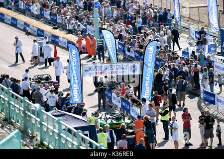 Brighton, UK. 2nd Sep, 2017. Crowds of motor racing enthusiasts at the Brighton Speed Trials held on the seafront - Stock Photo