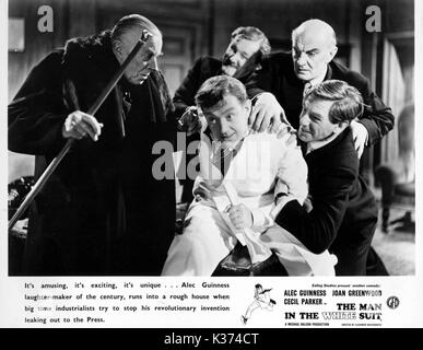 THE MAN IN THE WHITE SUIT L-R, ERNEST THESIGER, HOWARD MARION CRAWFORD, ALEC GUINNESS, DESMOND ROBERTS, MICHAEL - Stock Photo
