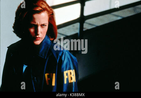 THE X-FILES: FIGHT THE FUTURE GILLIAN ANDERSON DIRECTOR:ROB BOWMAN FBI AGENT PICTURE FROM THE RONALD GRANT ARCHIVE - Stock Photo
