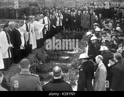 Mourners surround the mass grave as the 44 victims of a German bombing raid are buried at Hither Green Cemetery - Stock Photo