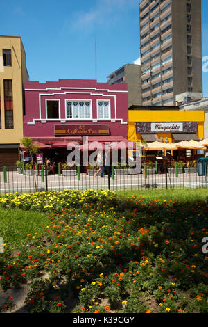 Cafes and restaurants, Parque Kennedy, Miraflores, Lima, Peru, South America - Stock Photo