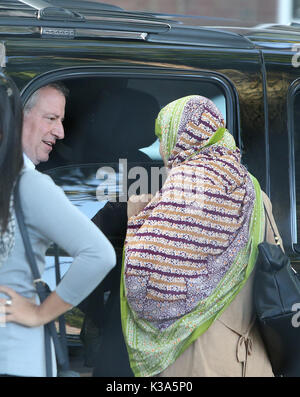 Brooklyn, United States. 01st Sep, 2017. NYC mayor Bill de Blasio chats with female constituent prior to the start - Stock Photo