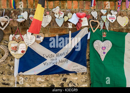 Items left by fans of George Michael at his home in Goring-on-Thames, England - Stock Photo