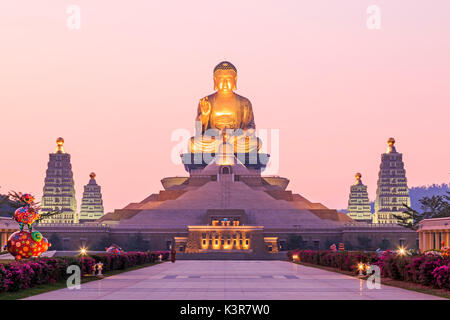 Kaohsiung, Taiwan. Sunset at Fo Guang Shan, the biggest buddist temple of Kaohsiung in Taiwan, with a buddhist monk walking by. Stock Photo