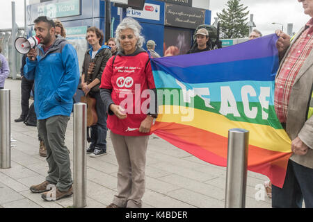 London, UK. 5th September 2017. Protesters on the pavement hold up banners and speak against the arms fair as lorries - Stock Photo