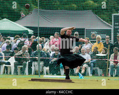 Aberlour, Scotland, UK. 05 Aug, 2017: Athletes competing in the 'Weight for Distance' event at the 2017 Highland - Stock Photo