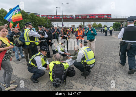 September 5, 2017 - London, UK - London, UK. 5th September 2017. Police talk to Quaker protesters sitting on the - Stock Photo