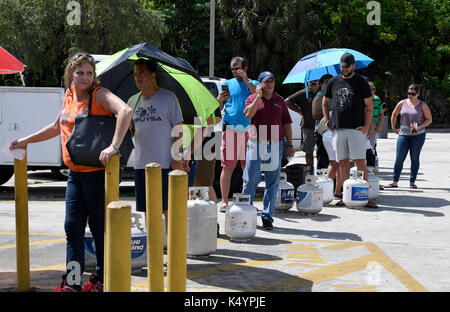 Davie, FL, USA. 7th Sep, 2017. fl-hurriane-irma-prep-20170907-propane-3.Long lines form outside the Exxon Gas station - Stock Photo