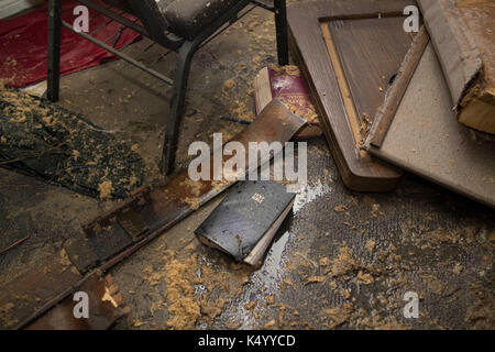 Lumberton, USA. 07th Sep, 2017. Lumberton, Texas USA Sept. 7, 2017: A Bible sits amongst the wreckage as members - Stock Photo