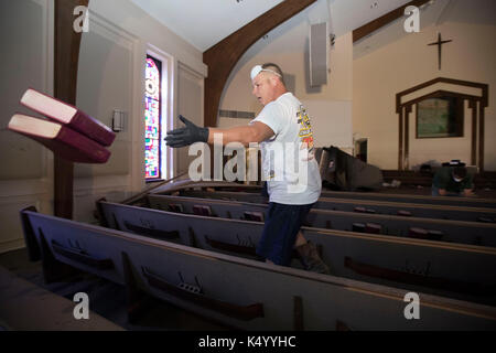 Lumberton, USA. 07th Sep, 2017. Lumberton, Texas USA Sept. 7, 2017: Member of First Baptist Church of Loeb cleans - Stock Photo