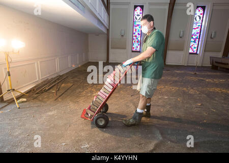 Lumberton, USA. 07th Sep, 2017. Lumberton, Texas USA Sept. 7, 2017: Member of First Baptist Church of Loeb cleasn - Stock Photo